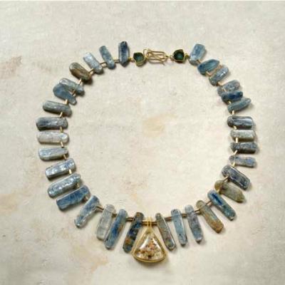 Collar_de_piezas_naturales_de_distena_pieza_central_de_cuarzo_dendrita_y_oro