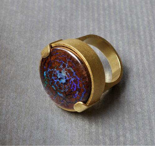 Anillo oro con opalo boulder