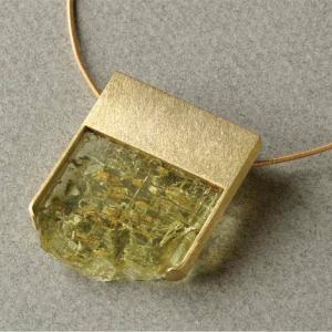 Colgante oro y pieza de berillo con lado natural