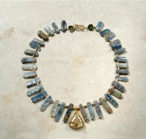 Collar de piezas naturales de distena pieza central de cuarzo dendrita y oro