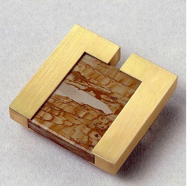 Broche en oro y agata africana